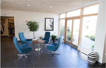 Hospice, 4 blå stole i opholdsrum