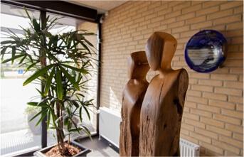 Hospice, stor statue af træ